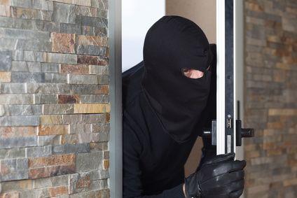 Einbrecher späht
