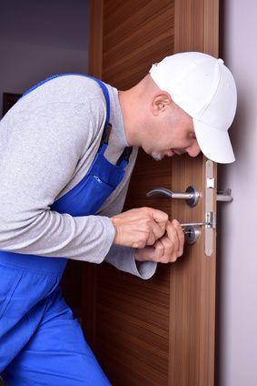 Handwerker lehnt sich gegen Tür