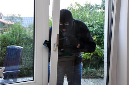 Einbrecher an einer Terassentür